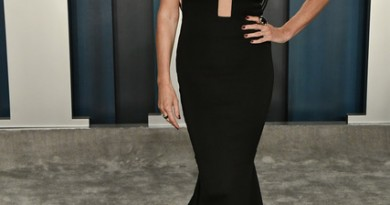 ConnieBritton2020VanityFairOscarParty7LJ8NUI88FUx