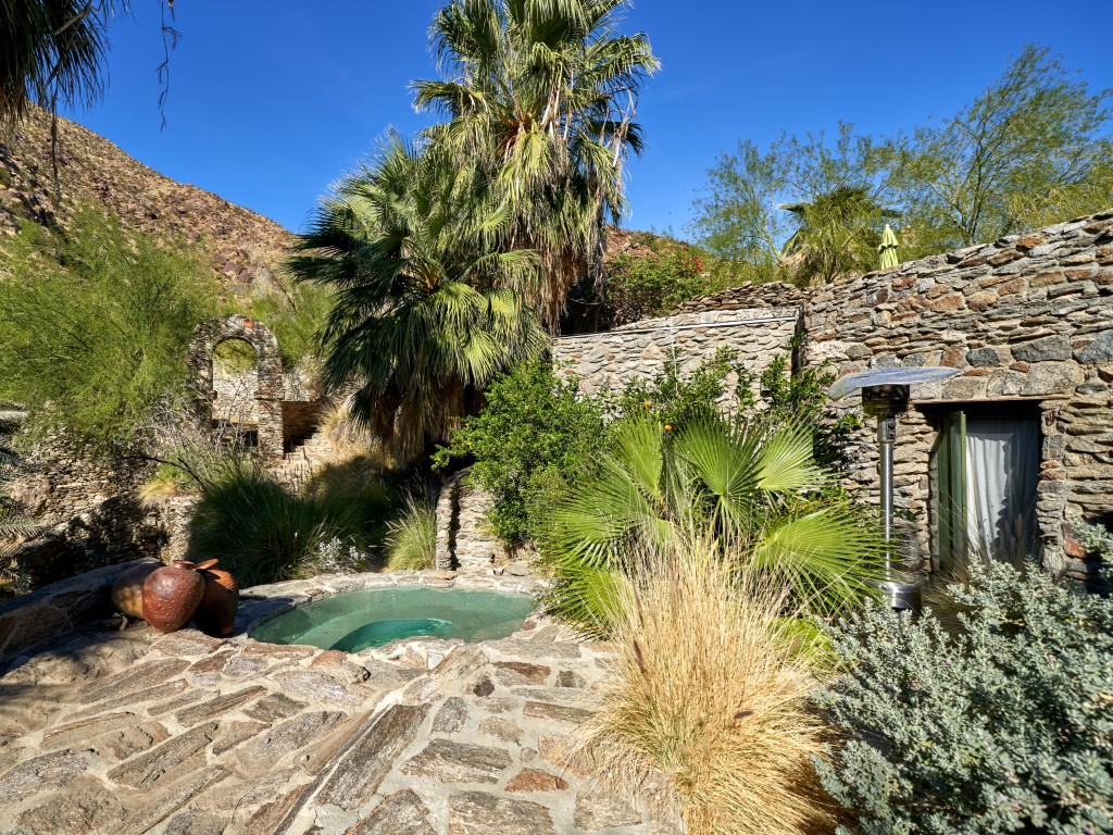 Suzanne Somers Sells Sexy Palm Springs Compound 2